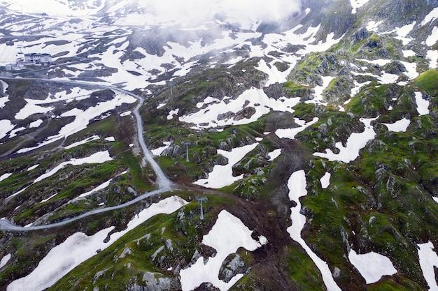 High angle shot des schneebedeckten feldes an einem nebligen tag eingefangen Kostenlose Fotos