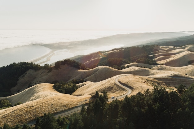 High angle shot einer straße mitten in einer verlassenen landschaft Kostenlose Fotos