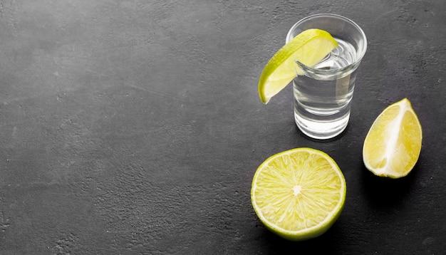 High angle silber tequila schuss mit limettenscheiben Premium Fotos