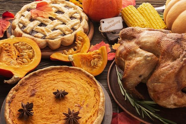 High angle sortiment mit leckerem thanksgiving-essen Kostenlose Fotos