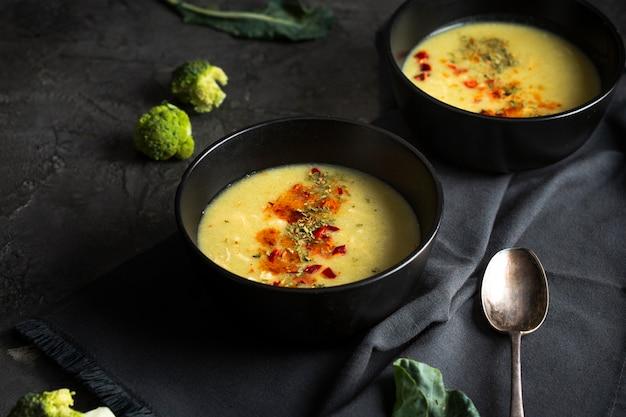 High angle suppe mit gewürzen Kostenlose Fotos