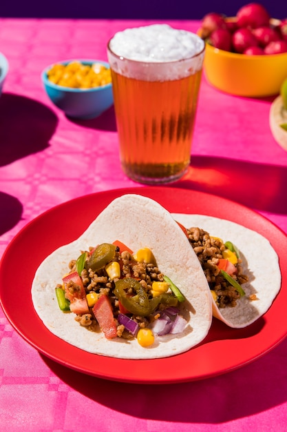 High angle tacos und bier arrangement Kostenlose Fotos