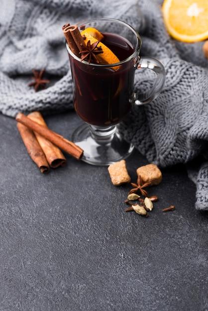 High angle tasse tee mit zitrone und zimt Kostenlose Fotos