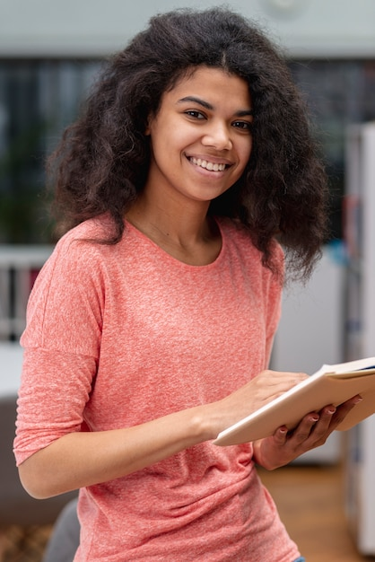 High angle teenager-mädchen lesen Kostenlose Fotos