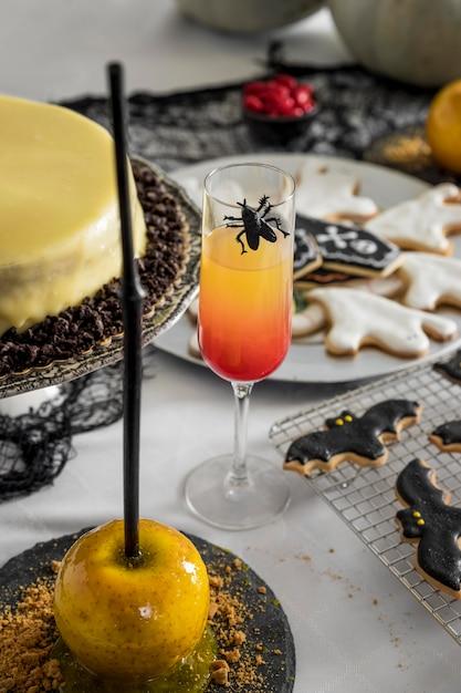 High angle tisch mit leckereien für halloween Kostenlose Fotos