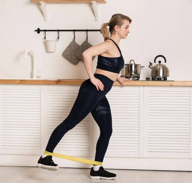 High angle weibliches training mit gummiband Kostenlose Fotos