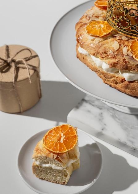 High dinkel von epiphany day dessert mit getrockneten zitrusfrüchten und geschenk Premium Fotos