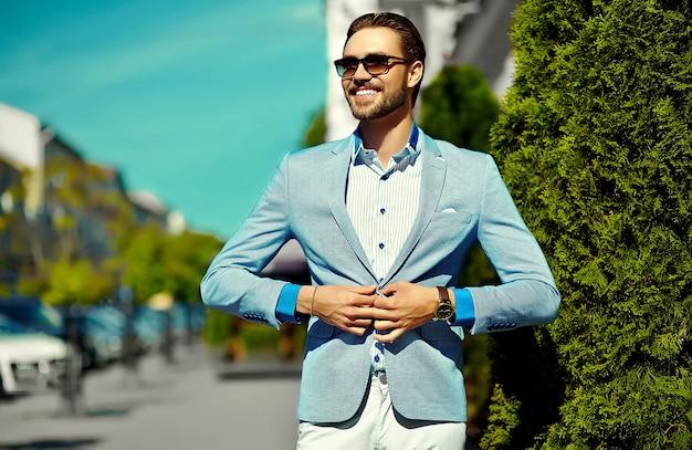 High fashion look. junges stilvolles, selbstbewusstes, glückliches, gutaussehendes geschäftsmannmodell im anzug kleidet lebensstil auf der straße in der sonnenbrille Kostenlose Fotos