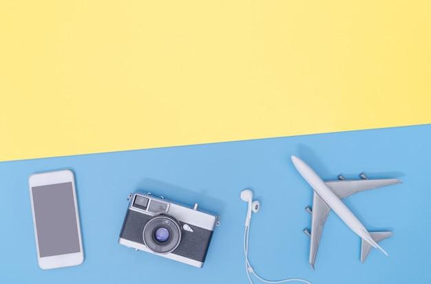 High-teches reisegerät und -zubehör auf draufsicht der blauen gelben kopienraumebene Premium Fotos