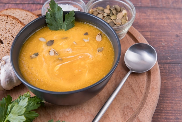 High view schüssel suppe und löffel Kostenlose Fotos