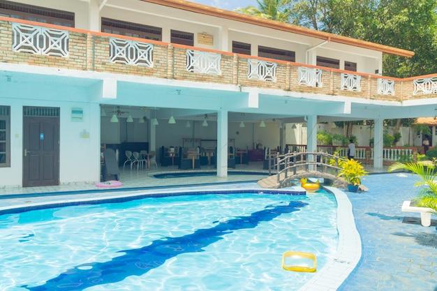 Hikkaduwa, sri lanka. innenhof des hotels mit schwimmbad. Premium Fotos