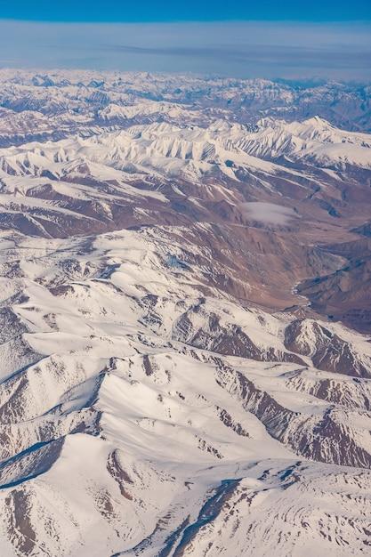 Himalaya-berge unter wolken Premium Fotos