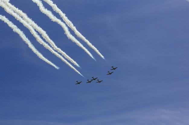 Himmel bewölkt flugzeugflugschau Premium Fotos