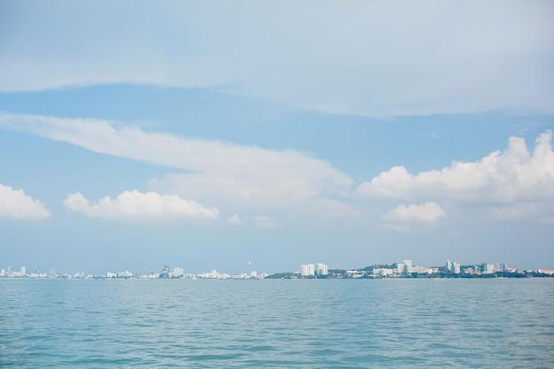 Himmel und meer oder ozean mit einer insel sind in der ferne sichtbar Premium Fotos