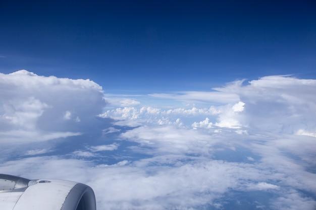 Himmel und wolken in der luft, gute höhe von der spitze des flugzeugs. Premium Fotos