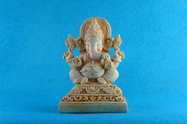Hindu-gott ganesha. ganesha idol auf blauem hintergrund Premium Fotos
