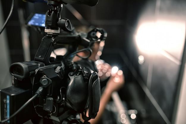 Hinter den kulissen von filmen oder videoprodukten und dem filmteam des filmteams am set im pavillon des filmstudios. Premium Fotos