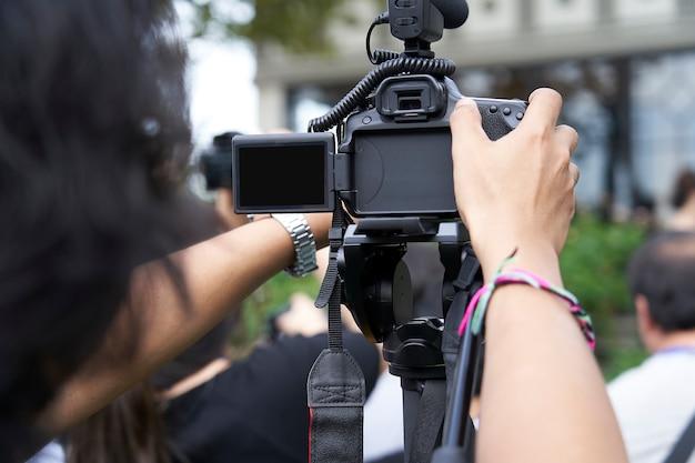 Hinter der dslr-kamera wird video aufgezeichnet. Premium Fotos