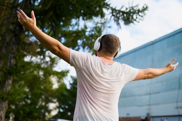 Hinter einem jungen mann mit erhobenen händen Kostenlose Fotos