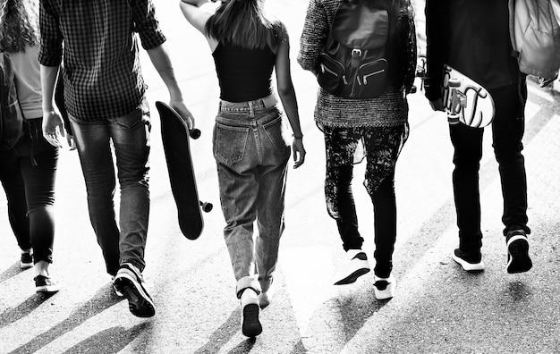 Hintere ansicht der gruppe schulfreunde, die draußen lebensstil gehen Kostenlose Fotos