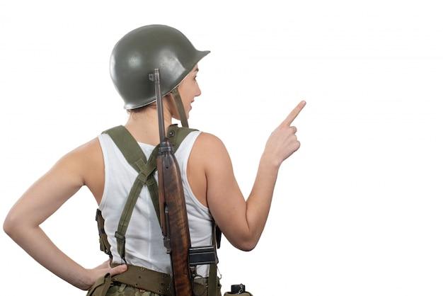Hintere ansicht der jungen frau kleidete in der amerikanischen militäruniform ww2 an, die leeres leeres schild zeigt Premium Fotos