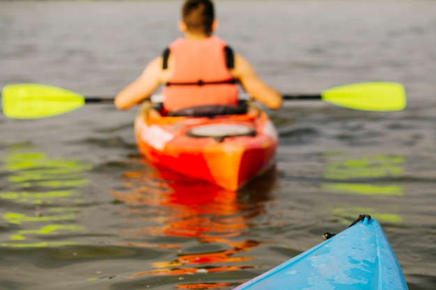 Hintere ansicht des kayaking mannes Kostenlose Fotos