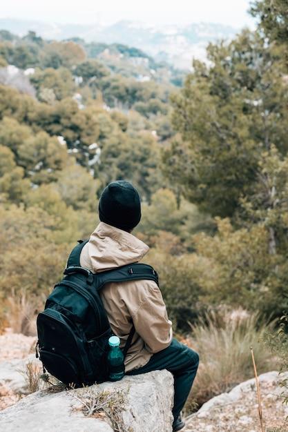 Hintere ansicht eines männlichen wanderers, der szenische ansicht betrachtet Kostenlose Fotos