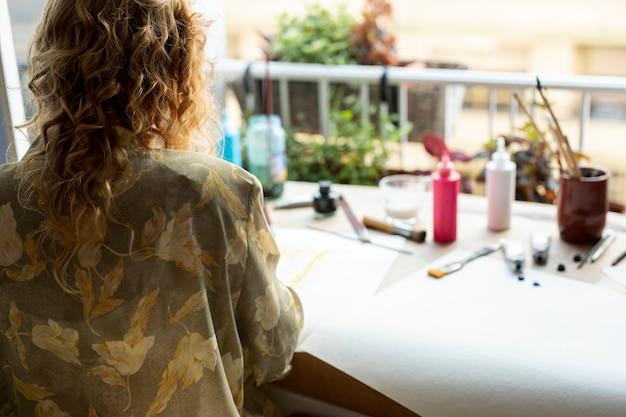 Hintere ansichtfrau mit blumenjacke Kostenlose Fotos