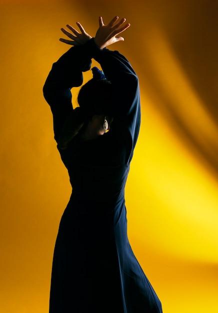 Hintere ansichttanzenfrau mit hintergrundbeleuchtung Kostenlose Fotos
