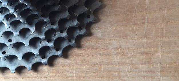 Hintere kassette (kettenrad) von einem mountainbike, das auf einem holztisch in einem fahrradshop liegt Premium Fotos