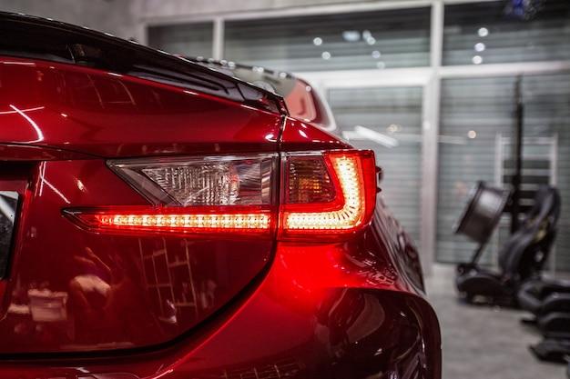 Hintere rote lichter eines roten sportwagens Kostenlose Fotos