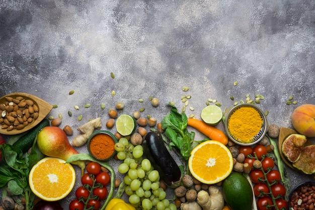 Hintergrund des gesunden lebensmittels, rahmen des biologischen lebensmittels. zutaten für gesundes kochen: gemüse, obst, nüsse, gewürze Premium Fotos