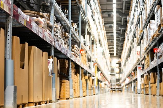 Hintergrund des industrie- und logistikunternehmens des lagers oder des lagerhauses. lager auf dem boden und rief die hohen regale Premium Fotos