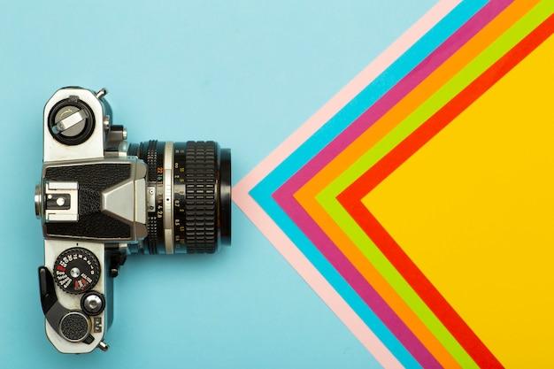 Hintergrund des kreativen konzepts der fotokamera. vintage retro-fotokamera auf einem farbigen hintergrund. reise-, urlaubs- und fotokonzept Premium Fotos