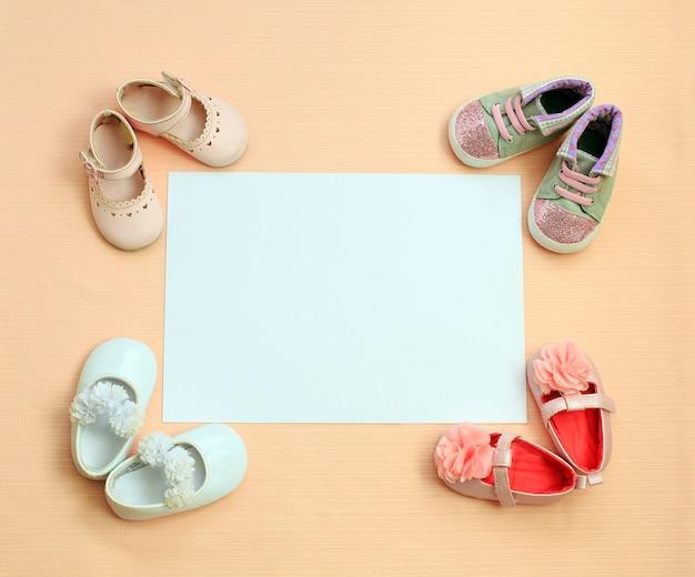 Hintergrund für neugeborenes mädchen mit schuhen. konzept der kinderkleidung. Premium Fotos