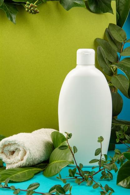 Hintergrund mit grünen blättern und anlagen und flasche kosmetik. natürliches scin care konzept Premium Fotos