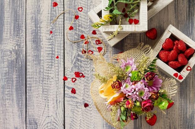 Hintergrund valentinstag oder hochzeit. korbstrauß aus rosen und chrysanthemen. Premium Fotos