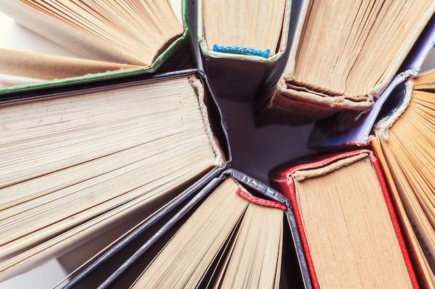 Hintergrund von alten weinlesebüchern. ansicht von oben Premium Fotos