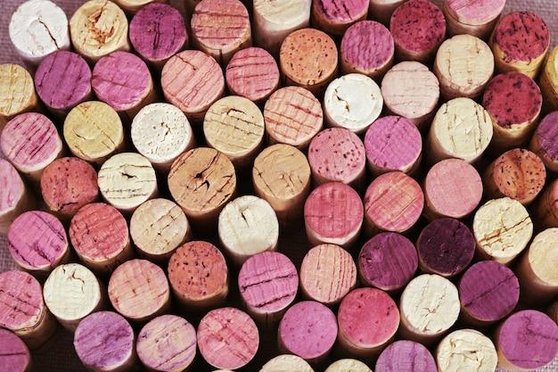 Hintergrund von hellen weinkorken vom rot und vom weißwein. Premium Fotos