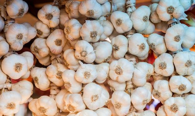 Hintergrund von knoblauch. nahaufnahme von knoblauch auf marktstand Kostenlose Fotos