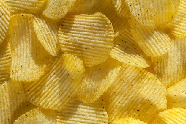 Hintergrund von köstlichen kartoffelchips mit zwiebel. nahansicht Premium Fotos
