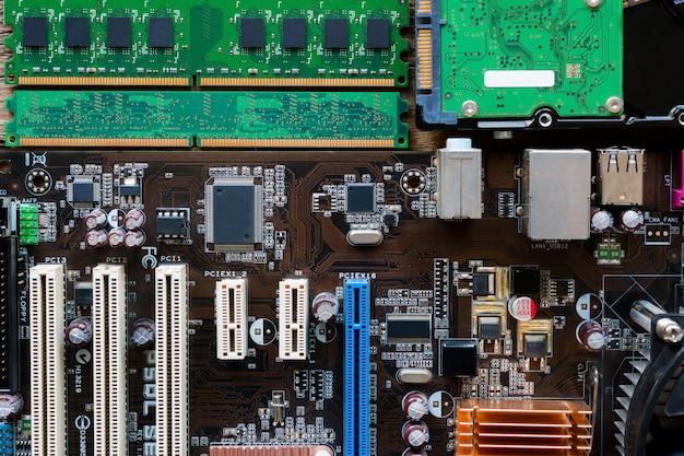 Hintergrund von motherboard, ram und festplatte Premium Fotos