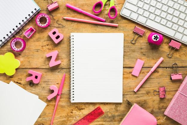 Hintergrund von notizblöcken und von rosa schulbedarf Kostenlose Fotos