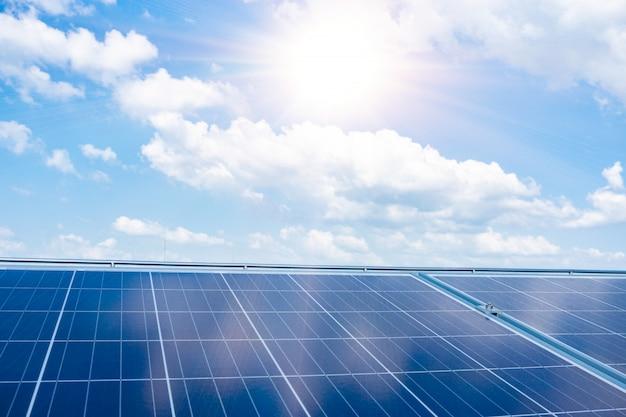 Hintergrund von photovoltaischen solarzellenmodulen für erneuerbare energie mit blauem himmel. Premium Fotos