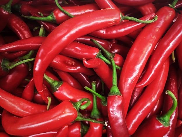 Hintergrundbeschaffenheit der roten paprikas des gewürzes des scharfen paprikas brennend ein teller von für verkaufsmarkt Premium Fotos