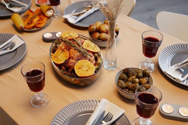 Hintergrundbild des köstlichen gebratenen huhns am erntedankfest bereit für dinnerparty mit freunden und familie Premium Fotos