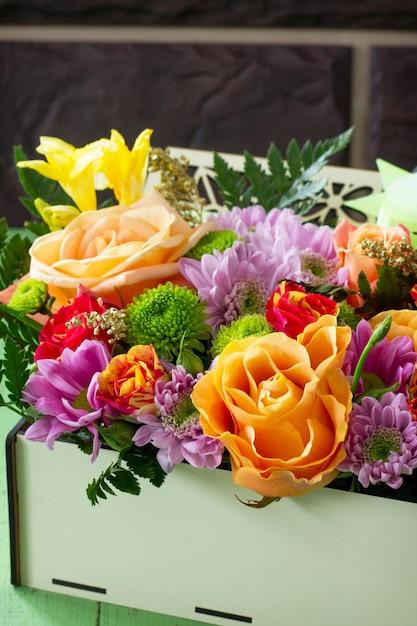 Hintergrundhochzeit oder valentinstag. korbstrauß aus rosen und chrysanthemen. Premium Fotos