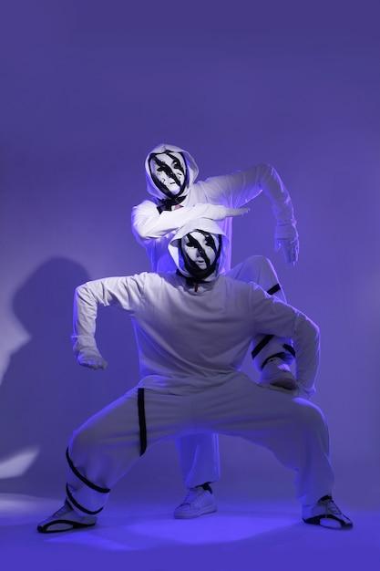 Hip-hop-tänzer im studio Kostenlose Fotos