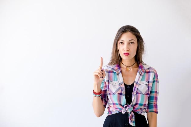 Hippie-frau haben eine idee, einen finger oben zu zeigen Kostenlose Fotos