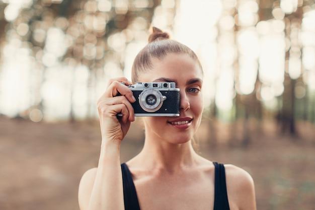 Hippie-mädchen mit der anwendung der weinlesefotokamera Premium Fotos